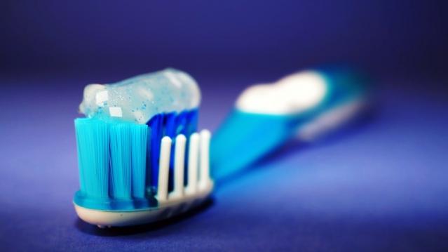 Spazzolino da denti: come scegliere? Tipi, caratteristiche, ed uso corretto