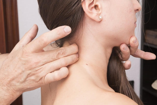 Cefalea cervicogenica: sintomi, cause, cure ed esercizi