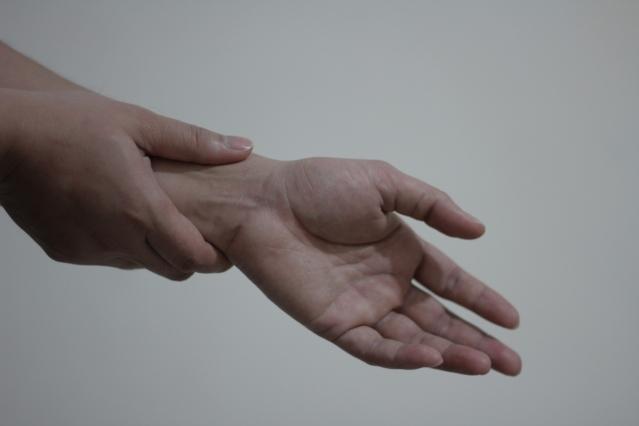 Distorsione del polso: cosa fare? Sintomi, cause, cure, esercizi e rimedi naturali