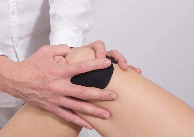 Infiammazione al ginocchio: cosa fare? Sintomi, cause e rimedi naturali